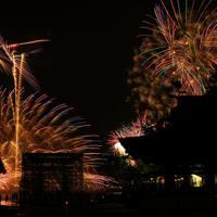 次々と海上で打ち上げられる花火=広島県廿日市市で2019年8月24日午後8時7分、山田尚弘撮影(長時間露光)