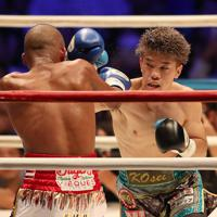 七回、ジョナサン・ゴンサレス(左)を攻める田中恒成=武田テバオーシャンアリーナで2019年8月24日、兵藤公治撮影