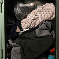 丁寧に畳まれたシャツなどが、いっぱいに詰め込まれたままになっていた=大阪市西成区の「冨士屋ロッカー」で、久保玲撮影