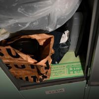 破れた紙袋と病院の封筒=大阪市西成区の「冨士屋ロッカー」で、久保玲撮影