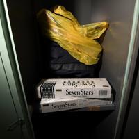 未開封のたばこ2カートン=大阪市西成区の「冨士屋ロッカー」で、久保玲撮影