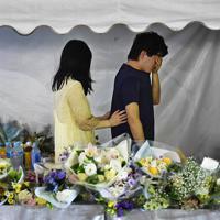 設置最終日を迎えた献花台を訪れ、花を手向けて涙を拭う男性=京都市伏見区で2019年8月25日午後7時46分、山崎一輝撮影