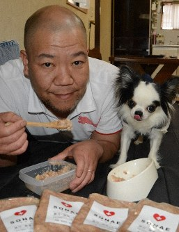 Akihiko Yasui is seen sharing a bag of SONAE with his beloved dog Sakura, in Habikino, Osaka Prefecture, on May 24, 2019. (Mainichi/Masaki Ishikawa)