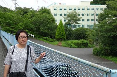 東京府拓務訓練所の跡地を訪れた「東京満蒙開拓団」の著者の一人、藤村妙子さん=東京都日野市で7月19日