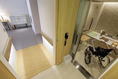 京王プラザホテル内に増設されたバリアフリールーム。写真左は浴室(右)に通じるスロープ。バリアフリーを推進し、ホームページで公表している=東京都新宿区で、尾籠章裕撮影