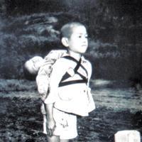 ジョー・オダネルさんが撮影した「焼き場に立つ少年」