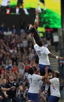 A Scottish rugger catches a ball in the second half of a test match against France at Murrayfield Stadium in Edinburgh, Scotland, on Aug. 24, 2019, ahead of the 2019 World Cup in Japan. (Mainichi/Shinnosuke Kyan)