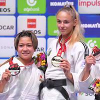 女子48キロ級の表彰式で、金メダルを手にするウクライナのダリア・ビロディド(右)。左は銀メダルの渡名喜風南=東京・日本武道館で2019年8月25日、徳野仁子撮影