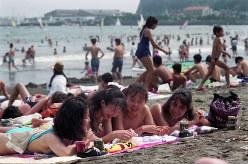 海水浴を楽しむ若者たちでにぎわう海岸