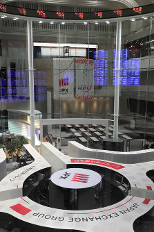 This Oct. 9, 2018 file photo shows the Tokyo Stock Exchange. (Mainichi)