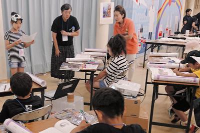 ワークショップで読書新聞を作る小学生ら=東京都千代田区の科学技術館で
