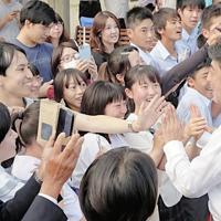 演説会場で若者らとハイタッチする安倍晋三首相=三重県鈴鹿市で7月12日、杉直樹撮影