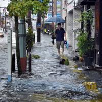 激しい雨により冠水した道路=佐賀市水ケ江で2019年8月28日午前7時半ごろ、池田美欧撮影