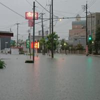 大雨で冠水した久留米警察署(右)前の道路=福岡県久留米市で2019年8月28日午前6時50分、中山裕司撮影
