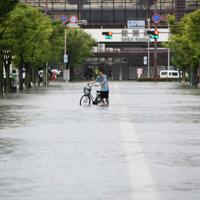冠水したJR佐賀駅前の道路=佐賀市で2019年8月28日午前10時3分、須賀川理撮影