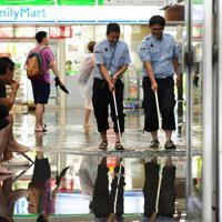 冠水したJR佐賀駅の構内から水をはき出す職員たち=佐賀市で2019年8月28日午前10時10分、須賀川理撮影