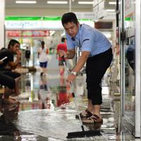 冠水したJR佐賀駅の構内から水をはき出す職員=佐賀市で2019年8月28日午前10時12分、須賀川理撮影