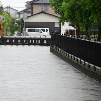 増水した市内の中心部を流れる川=佐賀市で2019年8月28日午前9時51分、須賀川理撮影