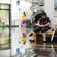 冠水したJR佐賀駅の構内で運転再開を待つ人たち=佐賀市で2019年8月28日午前10時14分、須賀川理撮影