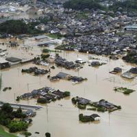 大雨で浸水した市街地=佐賀県武雄市で2019年8月28日午前11時42分、本社ヘリから津村豊和撮影