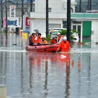 大雨で冠水した道路からボートで救助される家族連れ=佐賀県武雄市で2019年8月28日午前11時59分、森園道子撮影