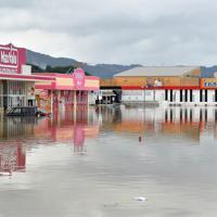 大雨で冠水したショッピングセンターの駐車場=佐賀県武雄市で2019年8月28日午後0時8分、森園道子撮影