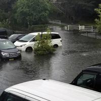 大雨で冠水した駐車場=佐賀県武雄市北方町で2019年8月28日午前6時半ごろ(読者提供)