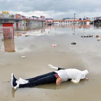 大雨で冠水したショッピングセンターの駐車場に浮かんだマネキン人形や商品=佐賀県武雄市で2019年8月28日午後0時11分、森園道子撮影