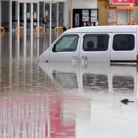 大雨で冠水したショッピングセンターの駐車場で水に浸かった車=佐賀県武雄市で2019年8月28日午後0時57分、森園道子撮影