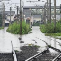 冠水したJR佐世保線の線路=佐賀県大町町で2019年8月28日午後1時53分、須賀川理撮影