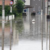 冠水した住宅街を心配そうに見つめる住人=佐賀県大町町で2019年8月28日午後1時39分、須賀川理撮影