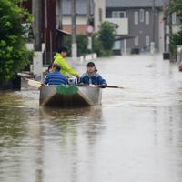 冠水した住宅街から救助される住民=佐賀県大町町で2019年8月28日午後1時43分、須賀川理撮影