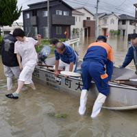 冠水した住宅街から救助される住民=佐賀県大町町で2019年8月28日午後1時44分、須賀川理撮影
