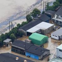 大雨で浸水し敷地内に油が漂う鉄工所=佐賀県大町町で2019年8月28日午後0時12分、本社ヘリから津村豊和撮影