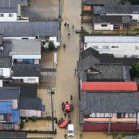 大雨で浸水した市街地の道路=佐賀県武雄市で2019年8月28日午前11時56分、本社ヘリから津村豊和撮影