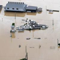 大雨で浸水した自動車学校。学校内の高い場所に教習車が集められている=佐賀県武雄市で2019年8月28日午前11時59分、本社ヘリから津村豊和撮影