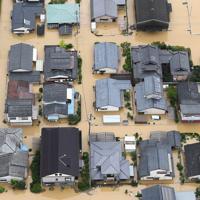大雨で浸水した市街地=佐賀県武雄市で2019年8月28日午後0時3分、本社ヘリから津村豊和撮影