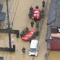 浸水した市街地で住民の救助活動にあたる自衛隊員=佐賀県武雄市で2019年8月28日午前11時56分、本社ヘリから津村豊和撮影