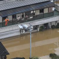 大雨で住宅が浸水し、上の階に避難する人たち=佐賀県武雄市で2019年8月28日午前11時55分、本社ヘリから津村豊和撮影