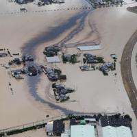 大雨で浸水し、鉄工所から油が流出した地域=佐賀県大町町で2019年8月28日午後0時12分、本社ヘリから津村豊和撮影