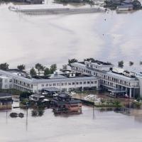 大雨で敷地内まで浸水した順天堂病院=佐賀県大町町で2019年8月28日午前11時40分、本社ヘリから津村豊和撮影