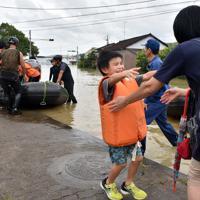 浸水した自宅から一家5人でボートで救出され、心配して待っていた祖母に駆け寄る男の子=佐賀県武雄市北方町で2019年8月28日午後5時15分、森園道子撮影
