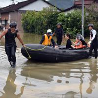 大雨の影響で浸水した自宅からボートで救出される住民ら=佐賀県武雄市北方町で2019年8月28日午後5時8分、森園道子撮影