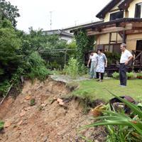 大雨の影響で庭が大きく崩れた民家=佐賀県武雄市北方町で2019年8月28日午後5時33分、森園道子撮影