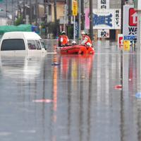 大雨で冠水し、ボートでの救出活動が続く住宅街=佐賀県武雄市で2019年8月28日午前11時57分、森園道子撮影