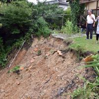 大雨の影響で庭が大きく崩れた民家=佐賀県武雄市で2019年8月28日午後5時33分、森園道子撮影