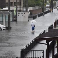 道路が冠水し、大人の膝まで水位が上がった=佐賀市兵庫北で2019年8月28日午前7時23分、竹林静撮影