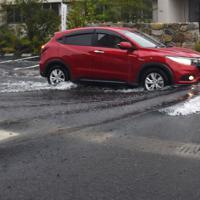 冠水した道路をゆっくりと進む車=佐賀市兵庫北で2019年8月28日午前6時57分、竹林静撮影