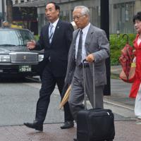 大阪地裁に入る籠池泰典被告(左)と妻諄子被告(右)=大阪市北区で、2019年8月28日午前9時30分、松本紫帆撮影