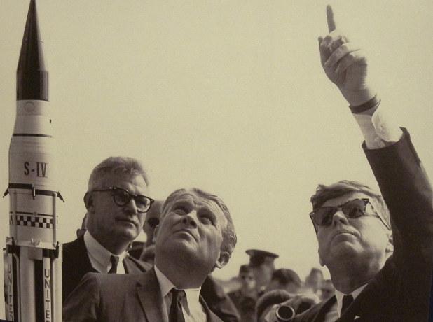 アポロ計画は、ナチス・ドイツのミサイル技術から発展した(ケネディ大統領〈右〉と「アポロ計画の父」ウェルナー・フォン・ブラウン博士〈中央〉=NASA)